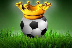 Fussball auf dem Rasen liegend mit einer Krone auf dem Ball